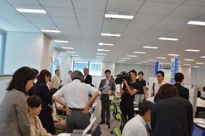 開所式当日の報道陣による取材の様子